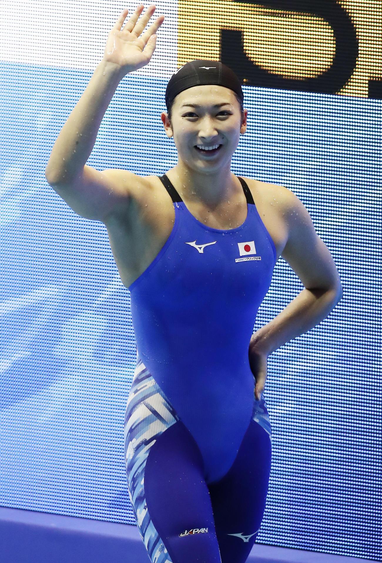 パンパシフィック水泳の女子200メートル自由形決勝で日本新記録で銀メダルを決め笑顔を見せる池江璃花子(2018年8月9日撮影)