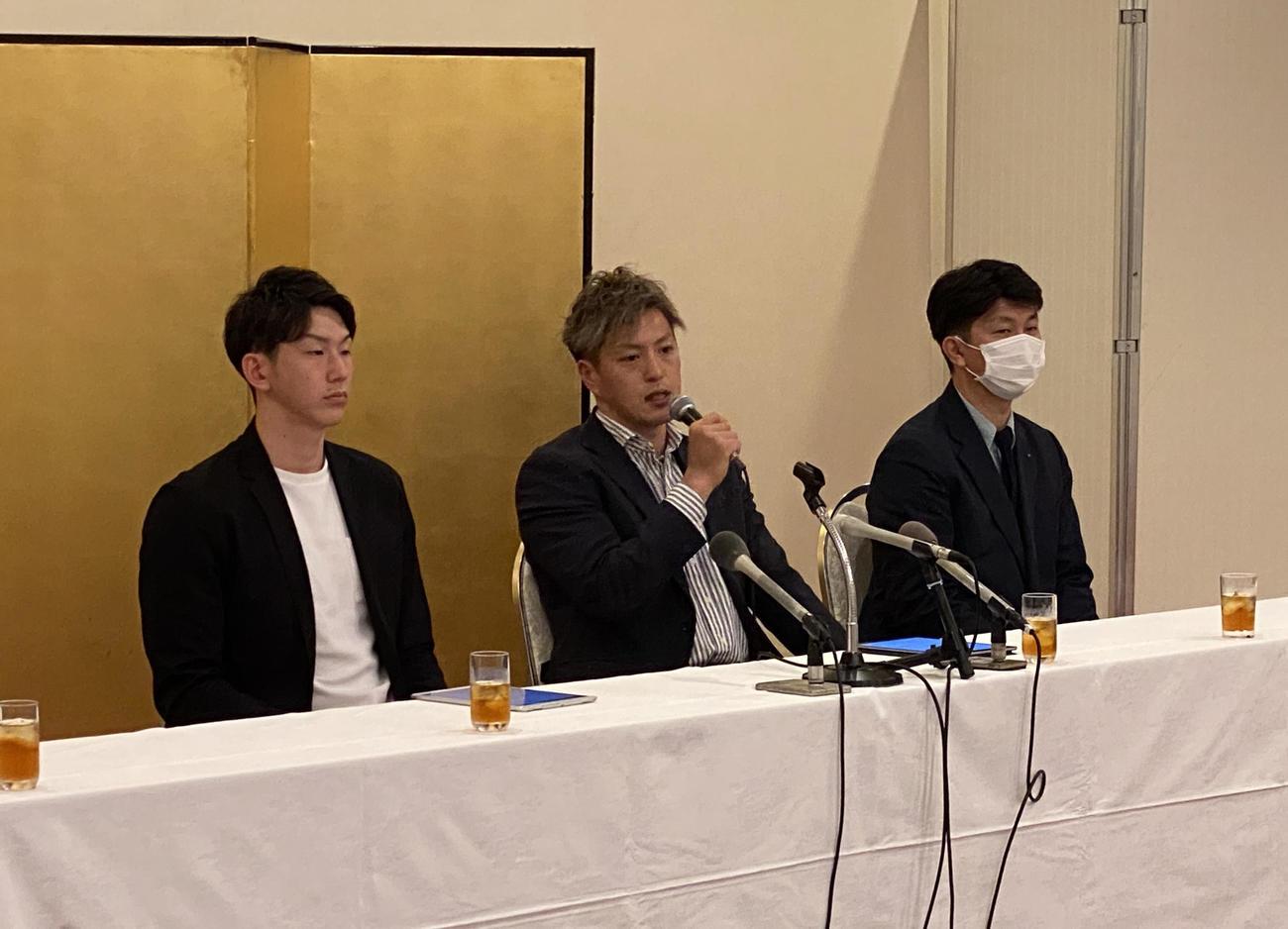一般社団法人「A-bank旭川」の設立会見に臨んだヴォレアス北海道主将で同法人代表理事の古田(中央)。左は理事の辰巳、右はA-bank北海道の曽田代表理事