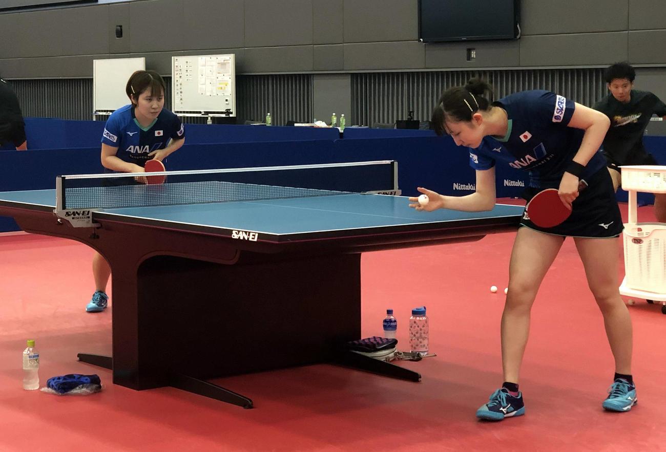 ナショナルトレーニングセンターで約2カ月半ぶりに代表合宿が再開され、練習に励む平野美宇(左)と早田ひな(日本卓球協会提供)