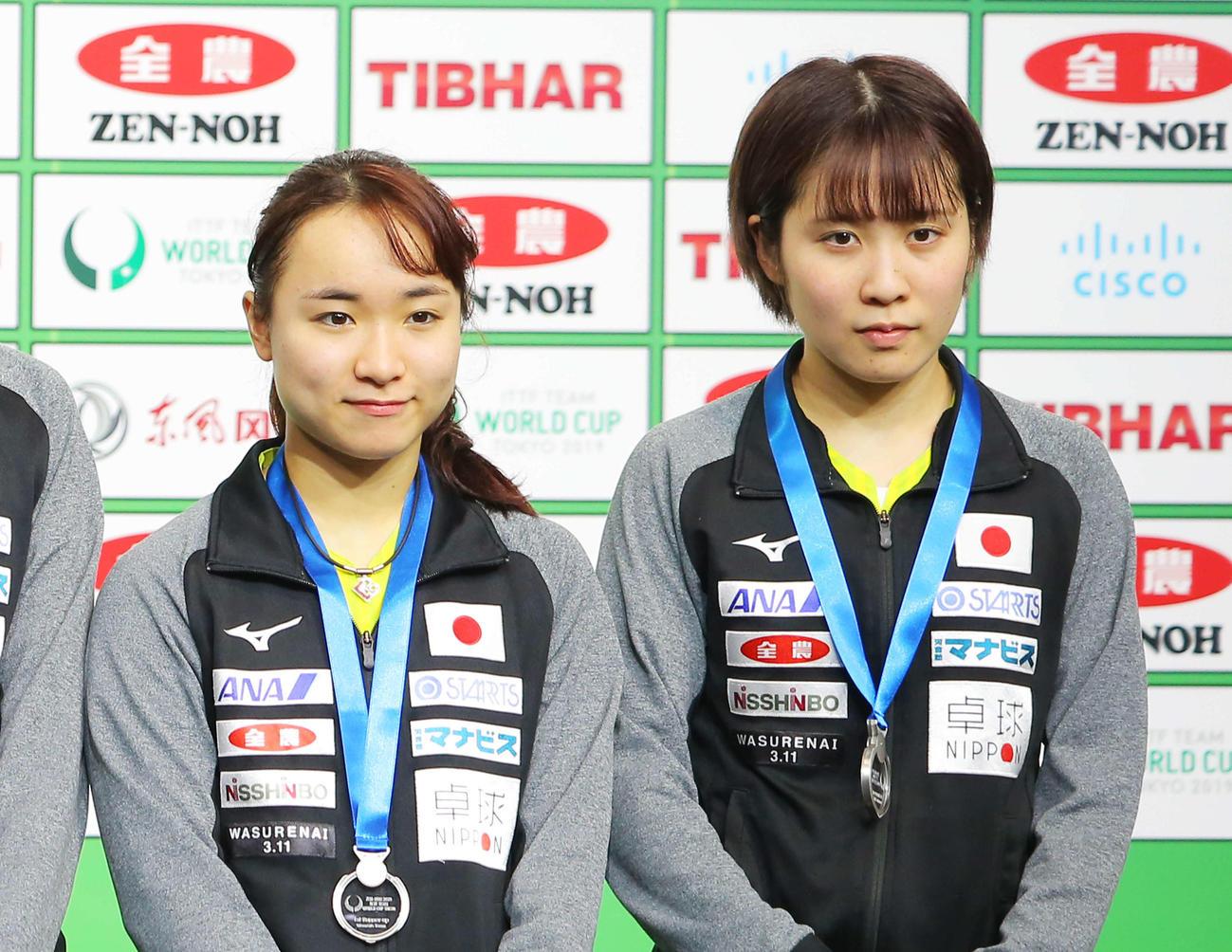 卓球日本代表の伊藤美誠(左)と平野美宇(2019年11月10日撮影)