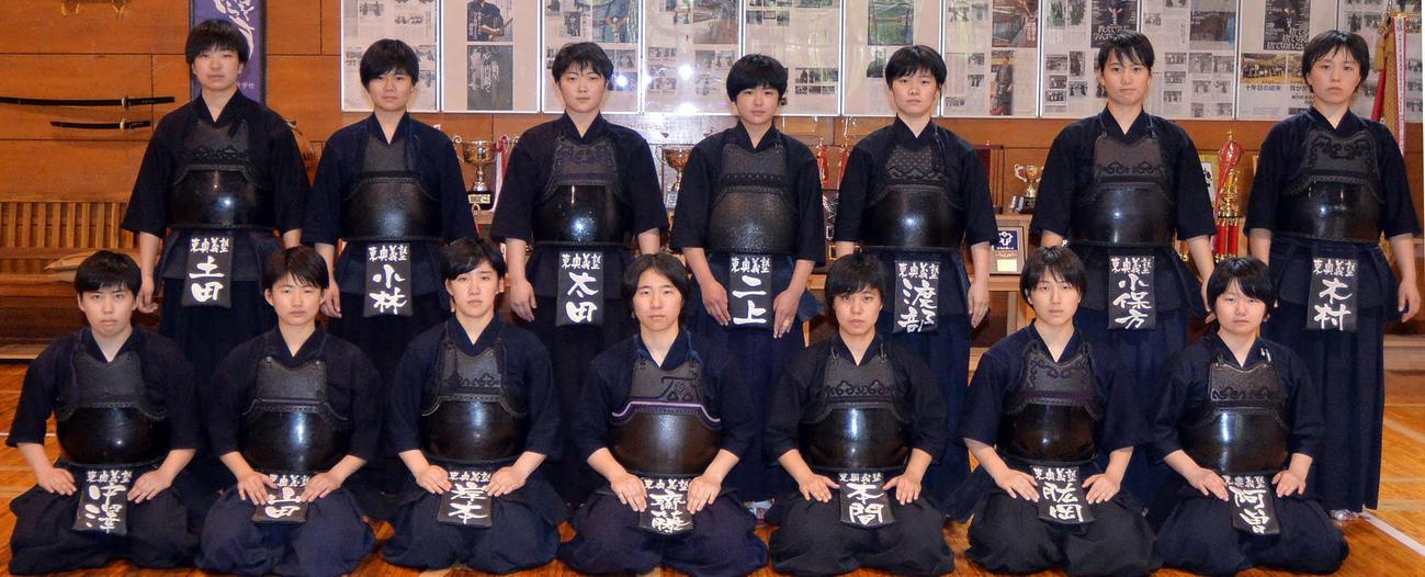 毅然とした表情で写真に納まる東奥義塾女子剣道部の選手たち(撮影・佐藤究)