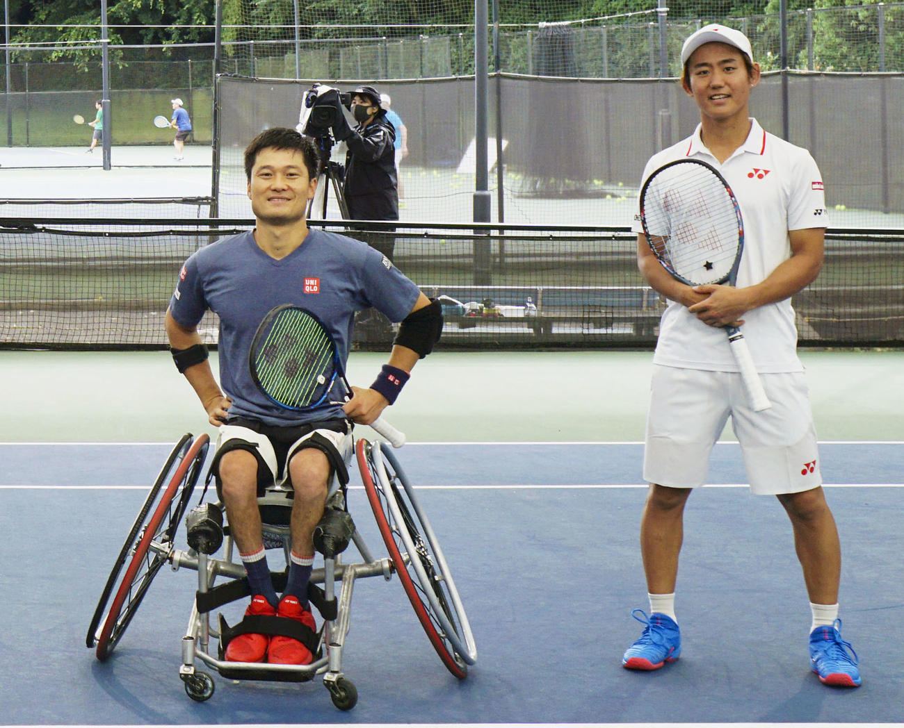 テニスのエキシビションマッチに参加した、車いす男子の国枝慎吾(左)と男子の西岡良仁(共同)