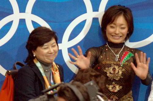 トリノ五輪での城田憲子さん(左)。右は安藤美姫