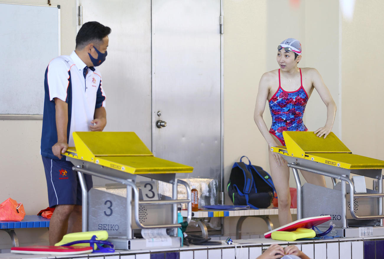 都内で練習を公開した池江璃花子。左は西崎コーチ(代表撮影)