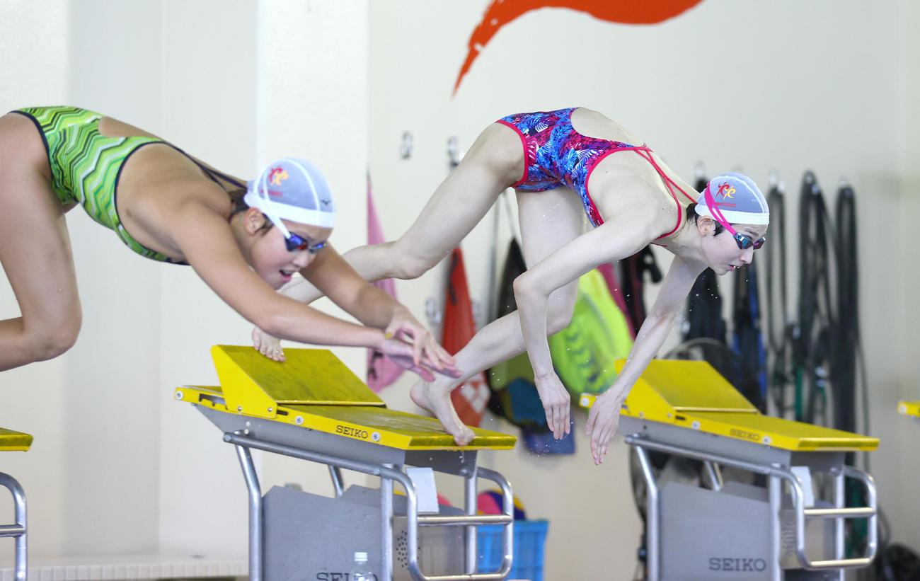 都内で練習を公開した池江璃花子。左は持田早智(代表撮影)