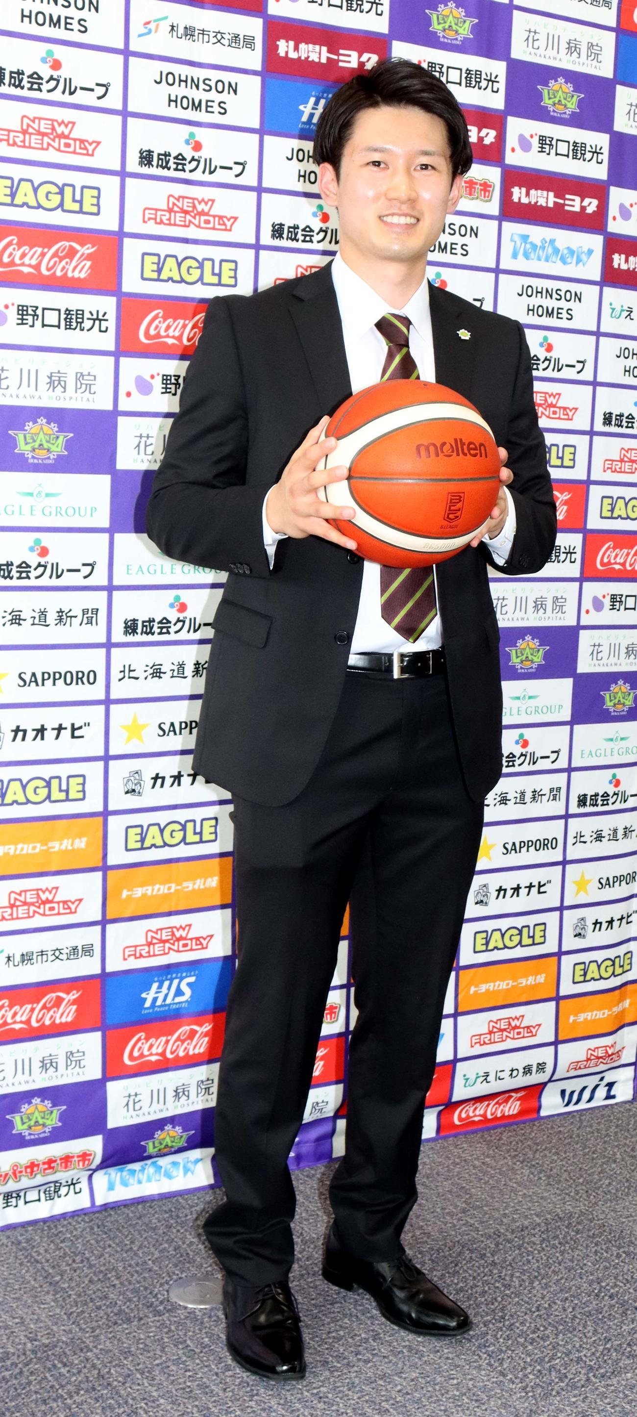 会見後、笑顔でボールを持つレバンガ北海道の葛原(撮影・永野高輔)