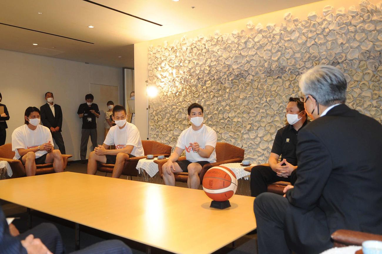 磯田市長(右)と歓談する新潟のメンバー。左から佐藤、池田、福田監督、小菅社長