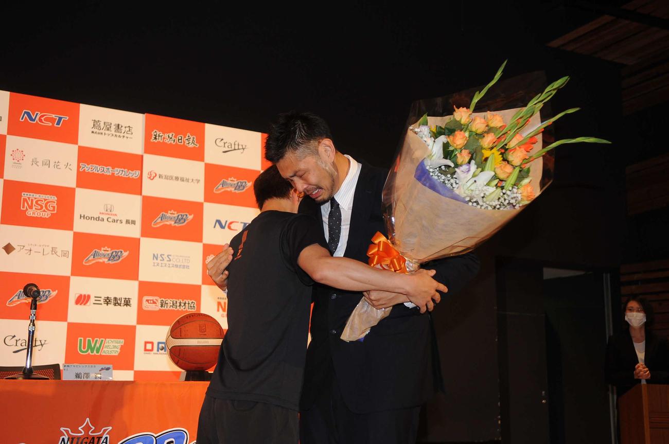 五十嵐(左)に花束を贈られ、男泣きする鵜沢