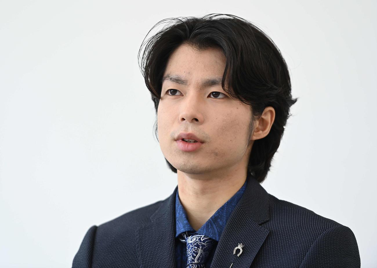 インタビューを受ける町田樹氏(撮影・鈴木みどり)
