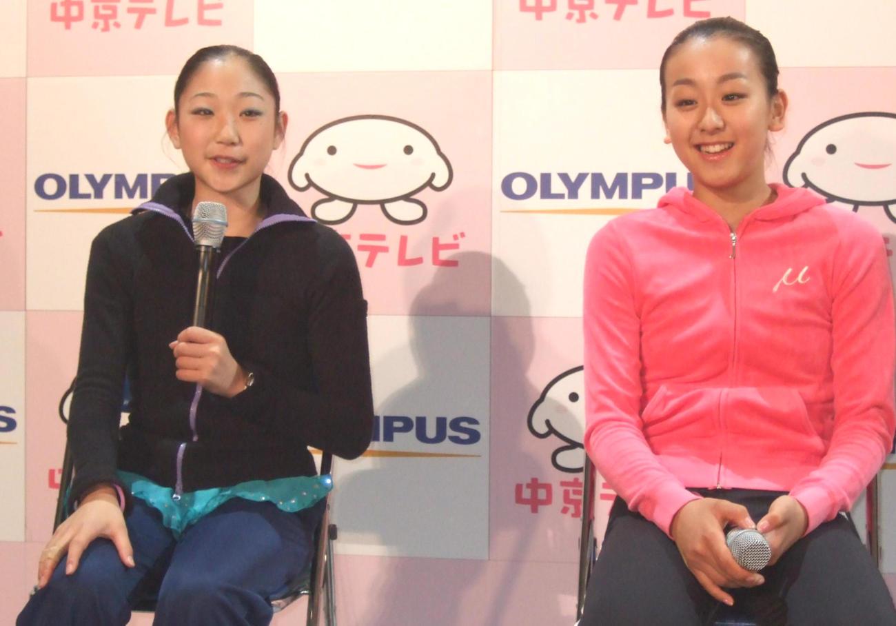 並んで会見する長洲未来(左)と浅田真央(2007年7月29日撮影)