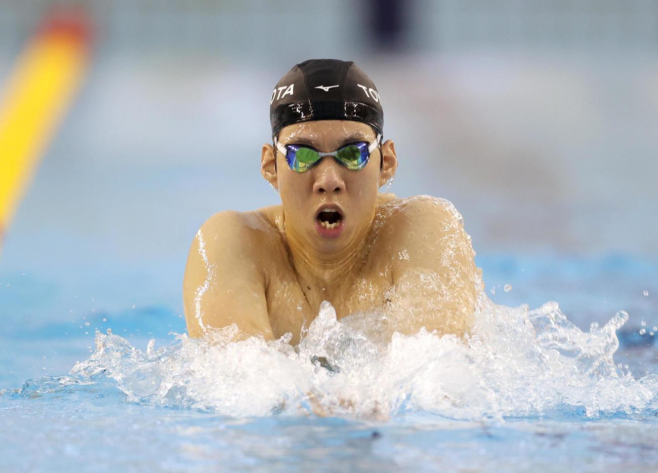 プールで練習を行う渡辺一平(20年7月16日、代表撮影)