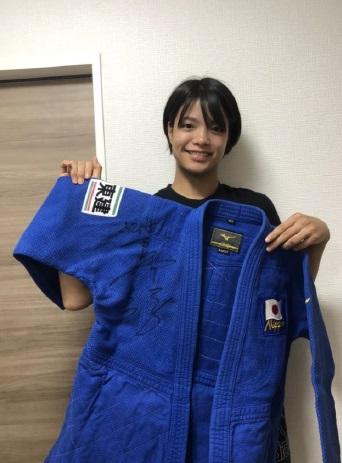 チャリティーオークションに柔道着を出品する阿部詩(全日本柔道連盟提供)