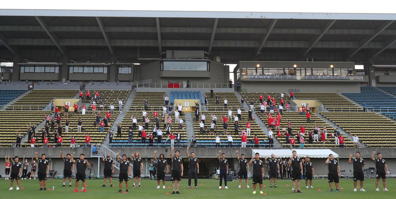 秩父宮ラグビー場で行われたサンウルブズのメモリアルセレモニー。最後は全員でウルフポーズ(C)JSRA photo by H.Nagaoka