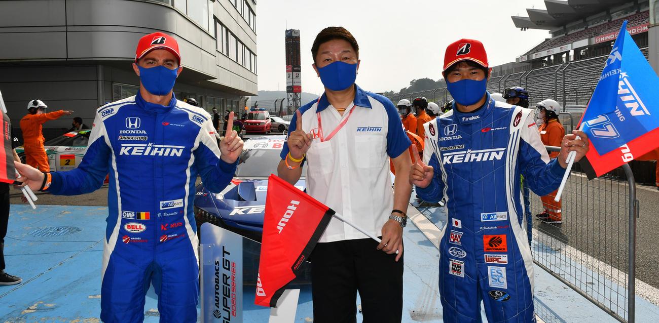 GT500クラスで優勝したKEIHIN NSX-GTのベルトラン・バゲット(左)と塚越広大(右)