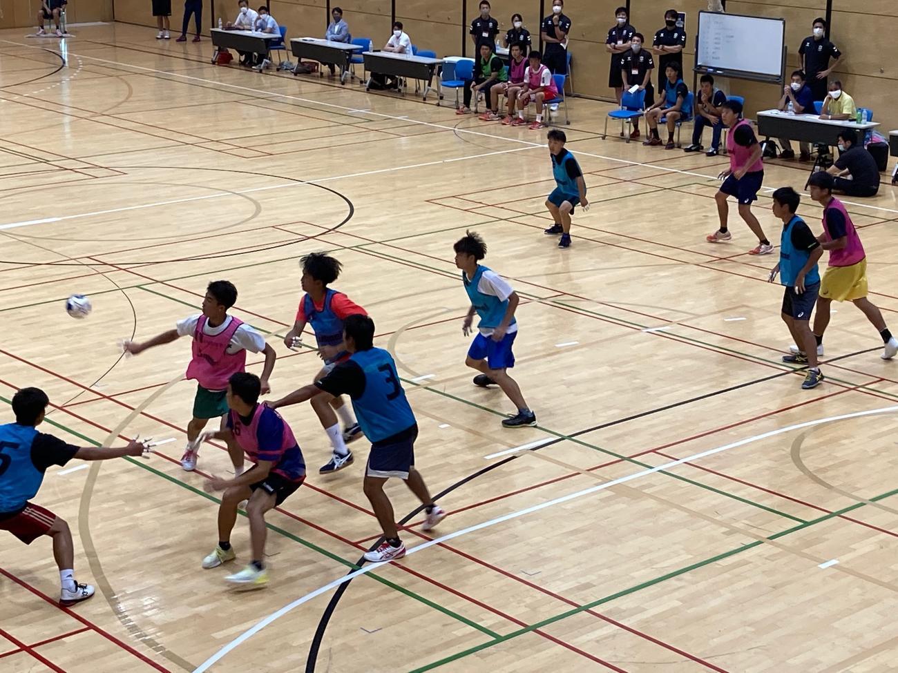 大学ハンドボール関係者の前で自らの力をアピールする高校生たち