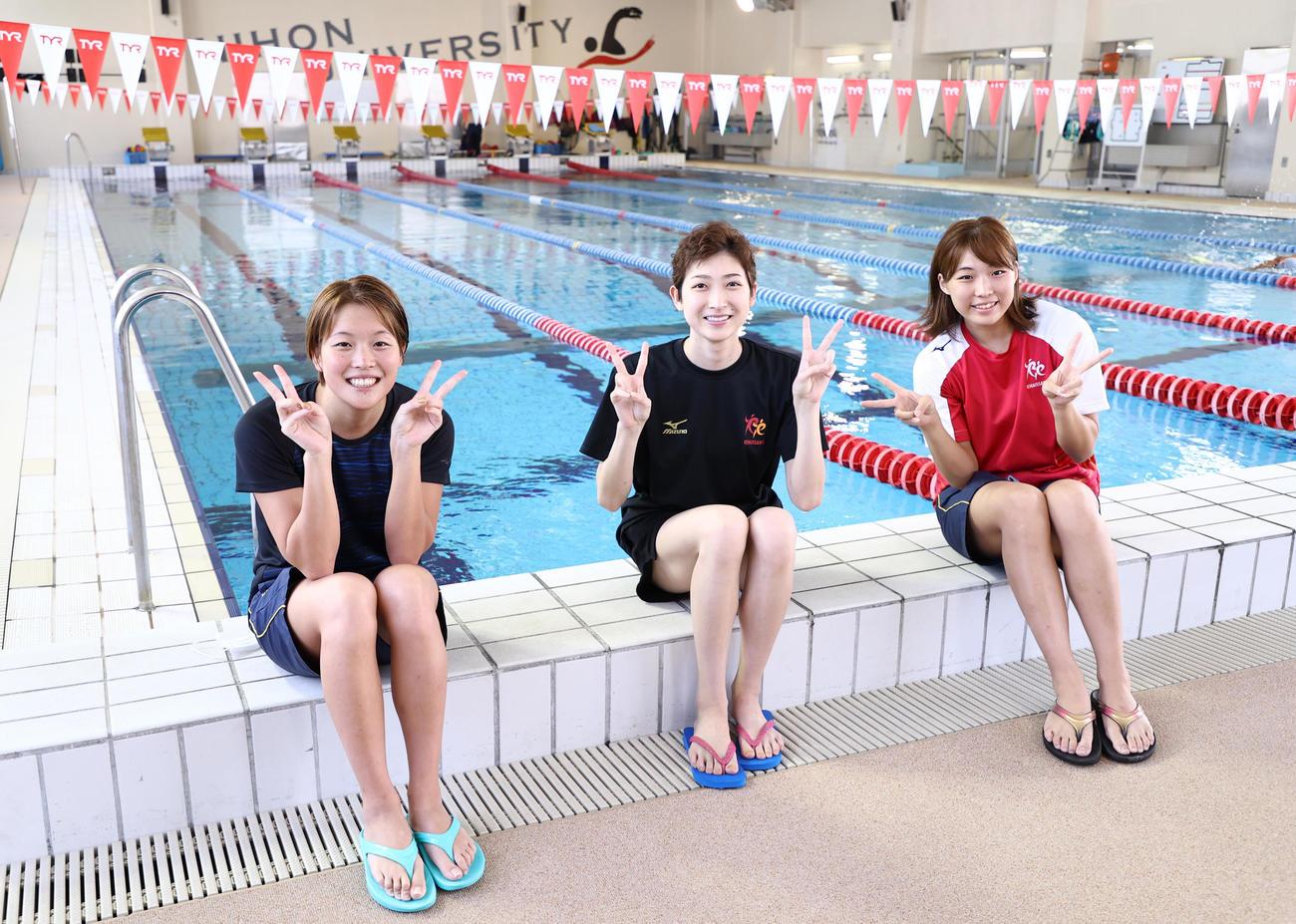 都内での練習をオンラインで報道陣に公開した競泳女子の池江璃花子(中央)。右は山本茉由佳、左は持田早智(20年7月2日代表撮影)