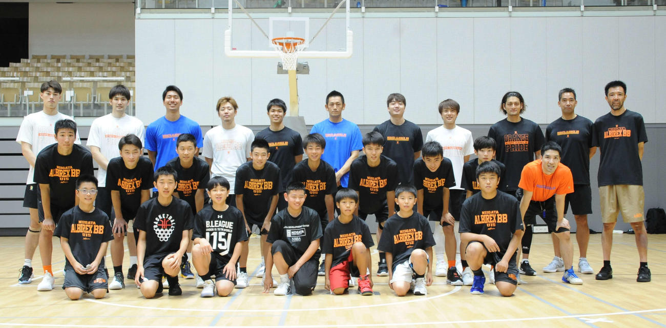 練習後、記念写真に収まるB1新潟のメンバーとU15のメンバー