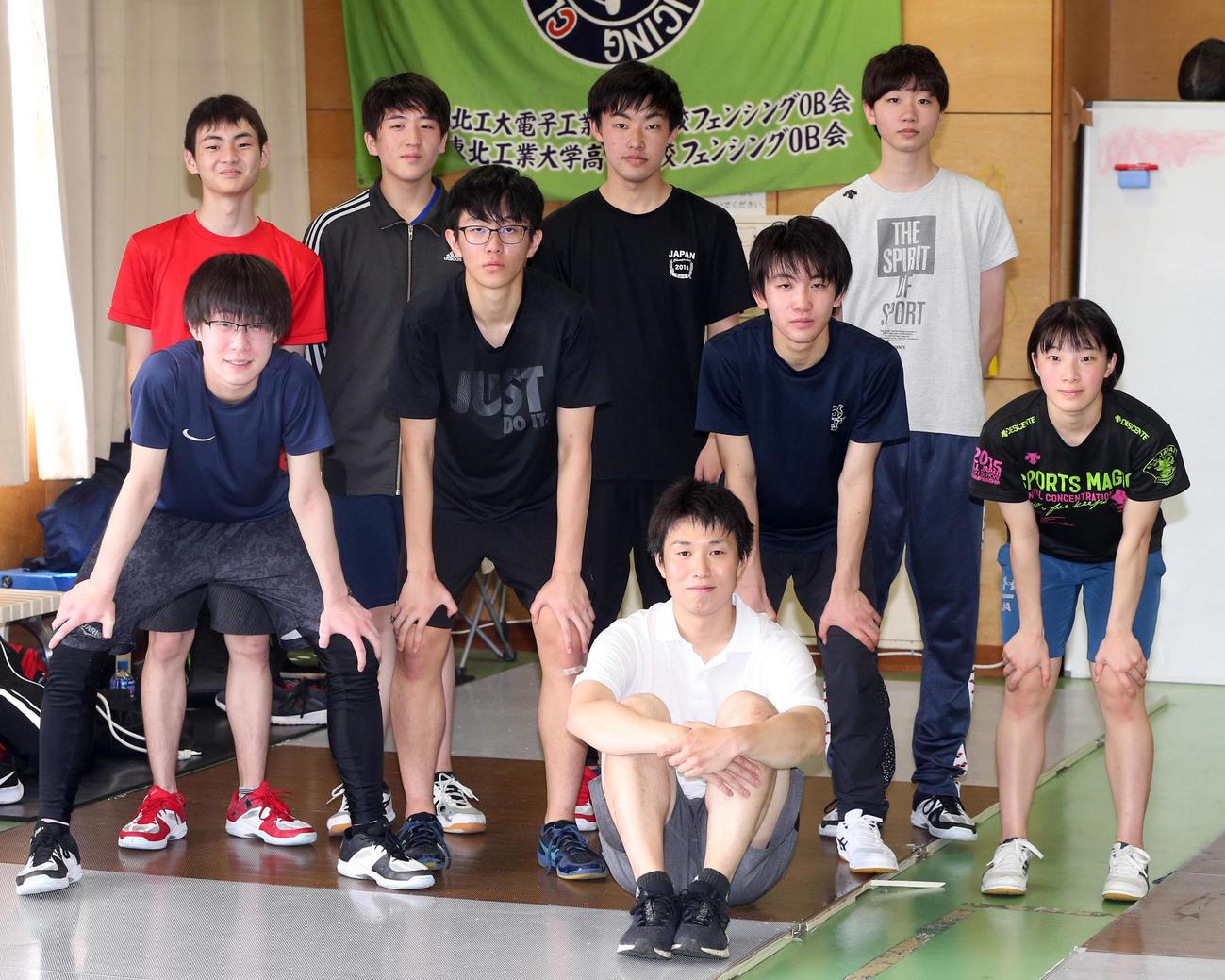 仙台城南フェンシング部の選手たち。手前は淡路監督(撮影・野上伸悟)