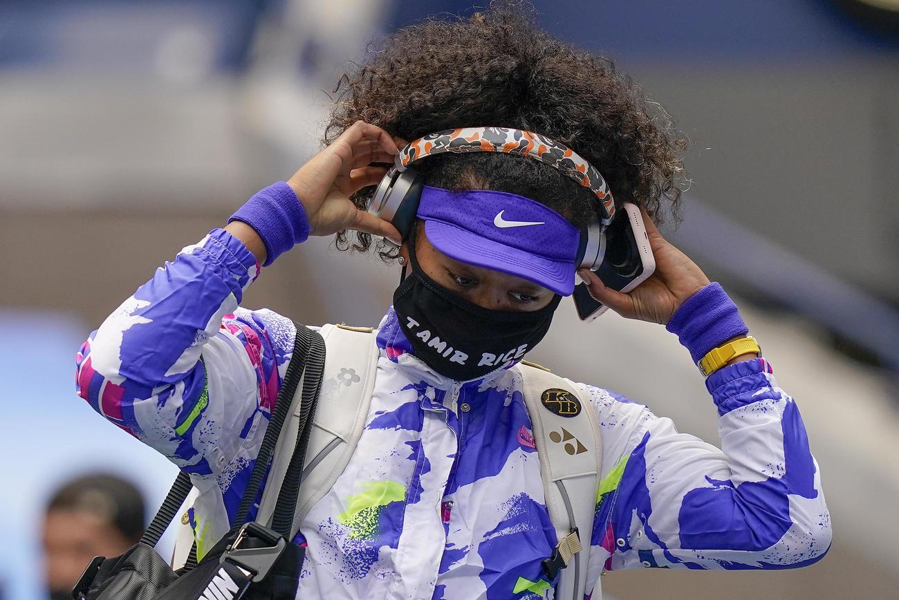 全米オープン決勝にタミル・ライスくんの名前入りマスクを着用して入場する大坂なおみ(AP)