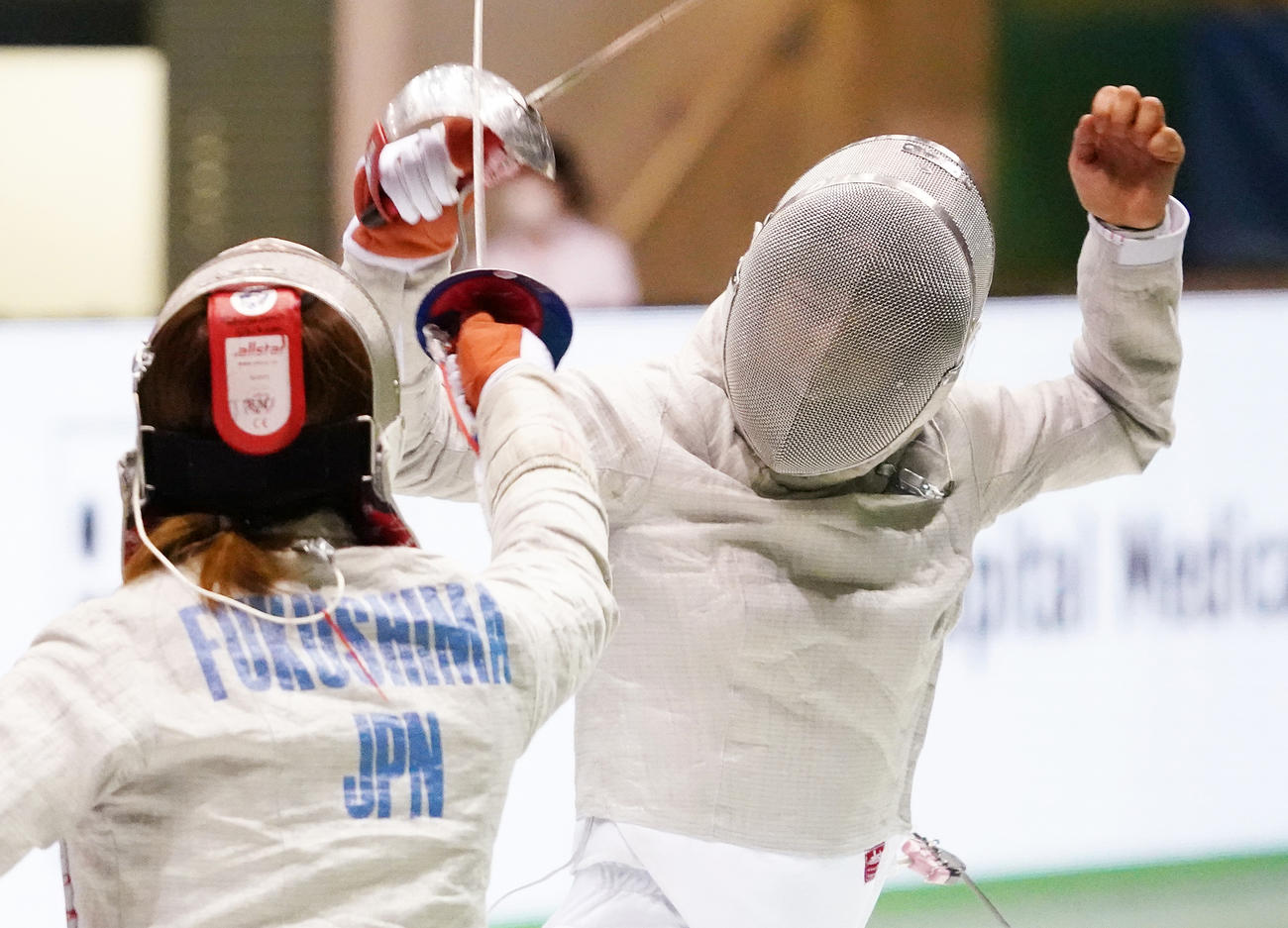 全日本フェンシング選手権、女子サーブル準決勝で福島(左)に敗れた江村(撮影・菅敏)