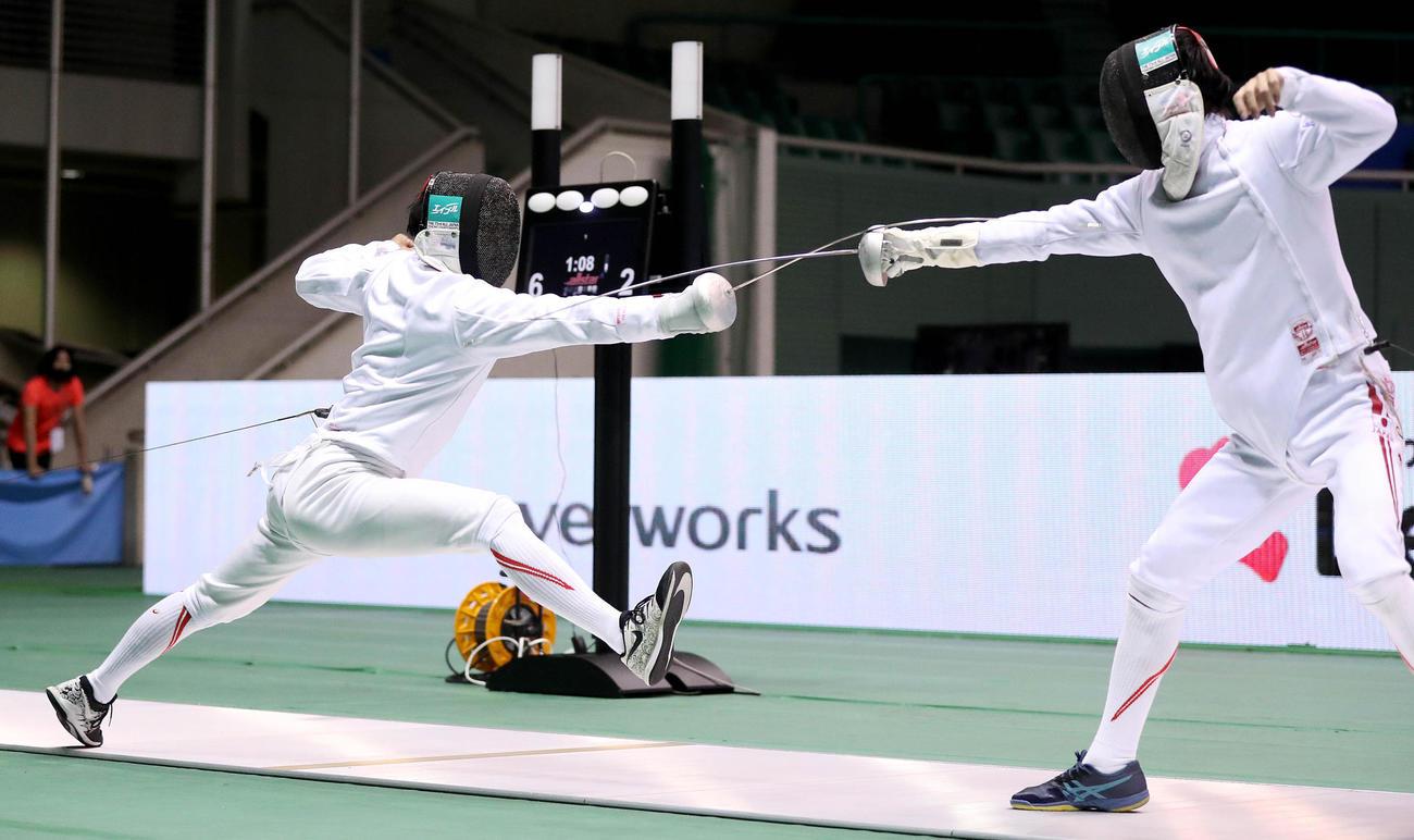 フェンシング全日本選手権 男子エペ準決勝 坂本圭右(左)は古俣聖にロングアタックを仕掛ける(C)日本フェンシング協会