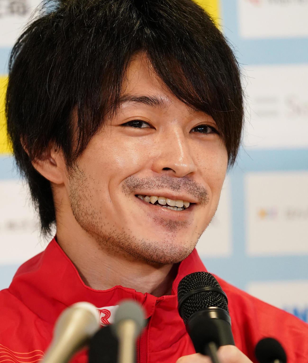会見で全日本シニア体操選手権への抱負を話す内村(撮影・菅敏)