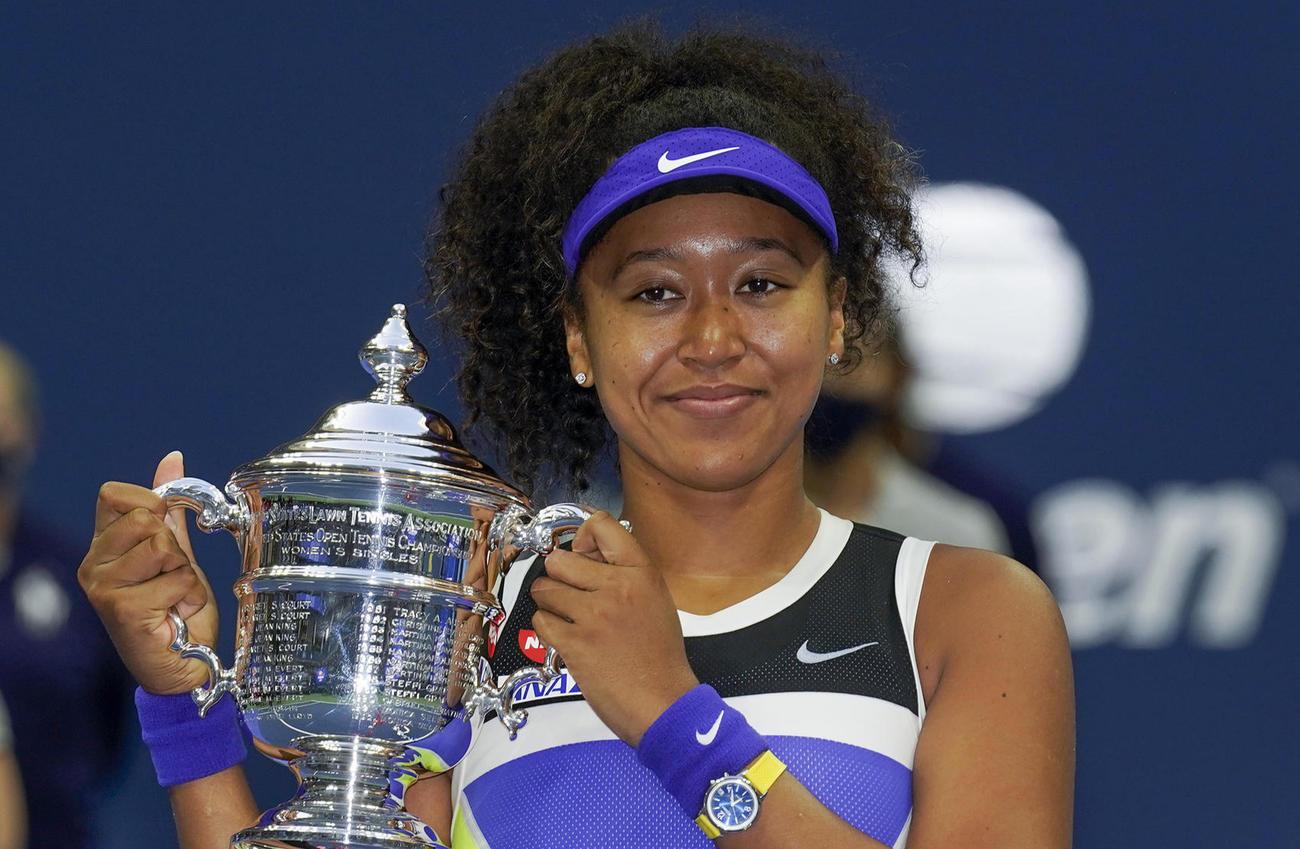 20年9月12日、全米オープンの優勝トロフィーを笑顔で抱える大坂(AP)