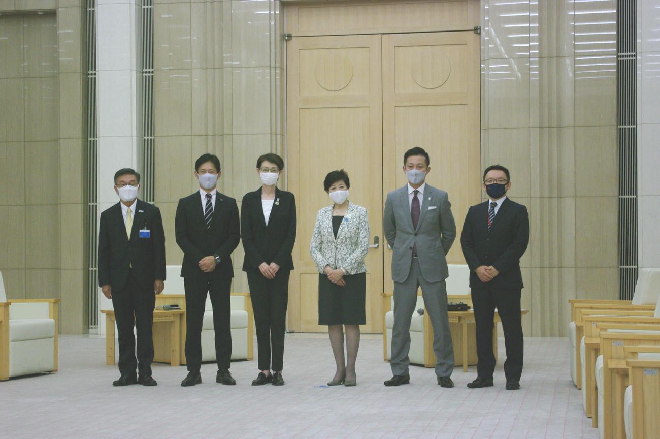 小池百合子都知事(右から3人目)と面談した、JBA三屋会長(左から3人目)、Bリーグ島田チェアマン(右から2人目)と、東京に本拠地を置く3クラブの代表者(撮影・奥岡幹浩)
