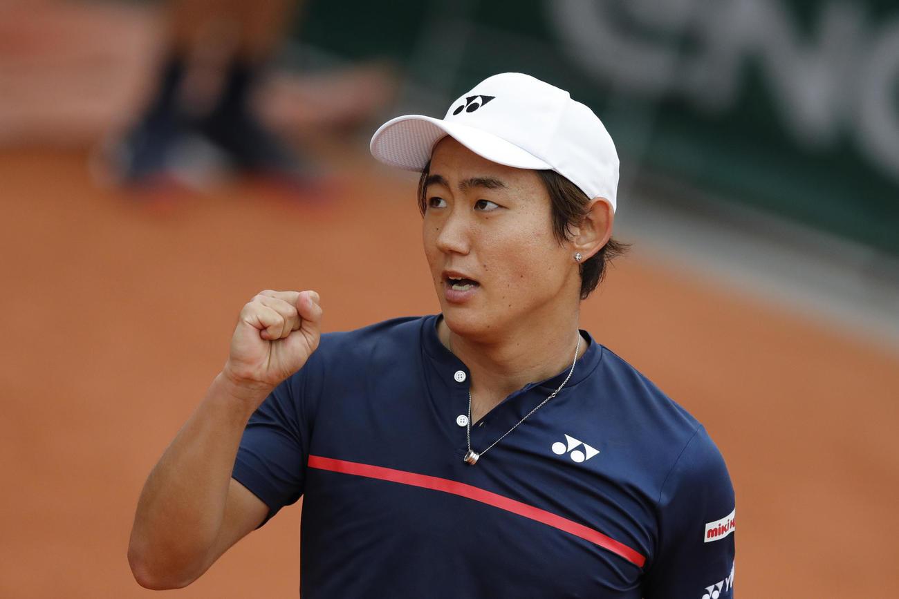 全仏オープン1回戦、ポイントを奪いガッツポーズを見せる西岡良仁(AP)
