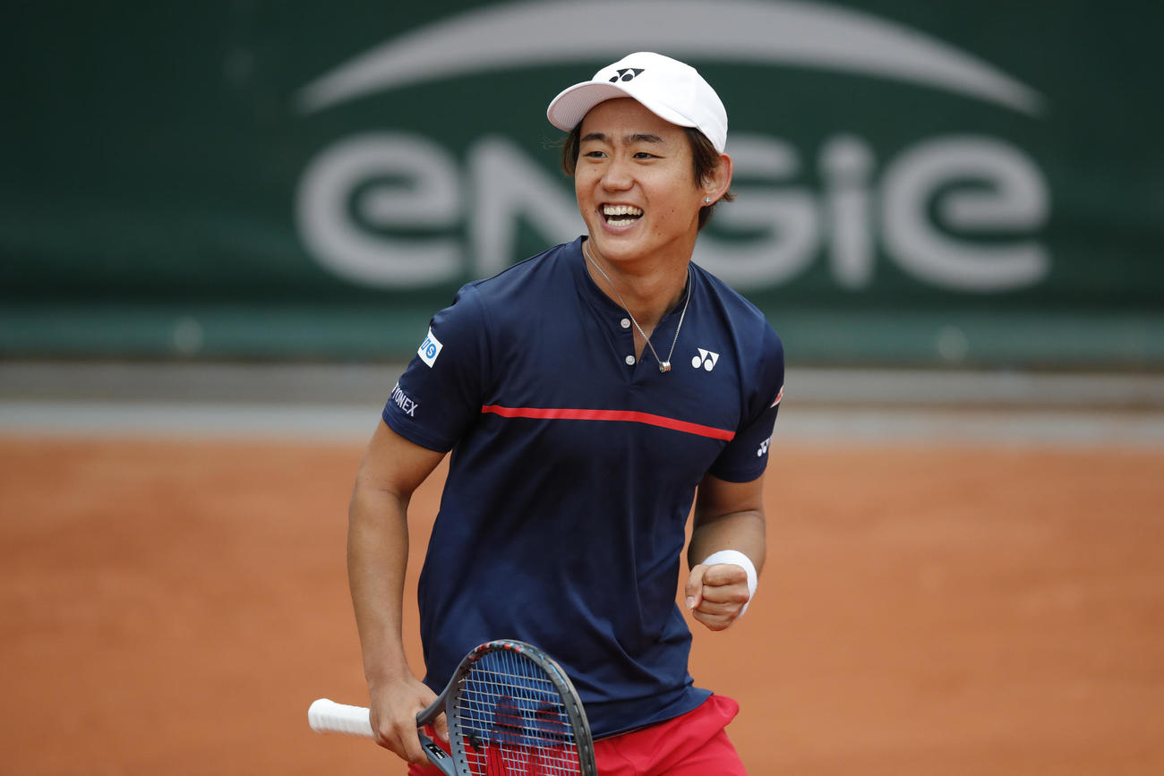 全仏オープン1回戦、ストレート勝ちした西岡良仁は笑顔を見せる(AP)