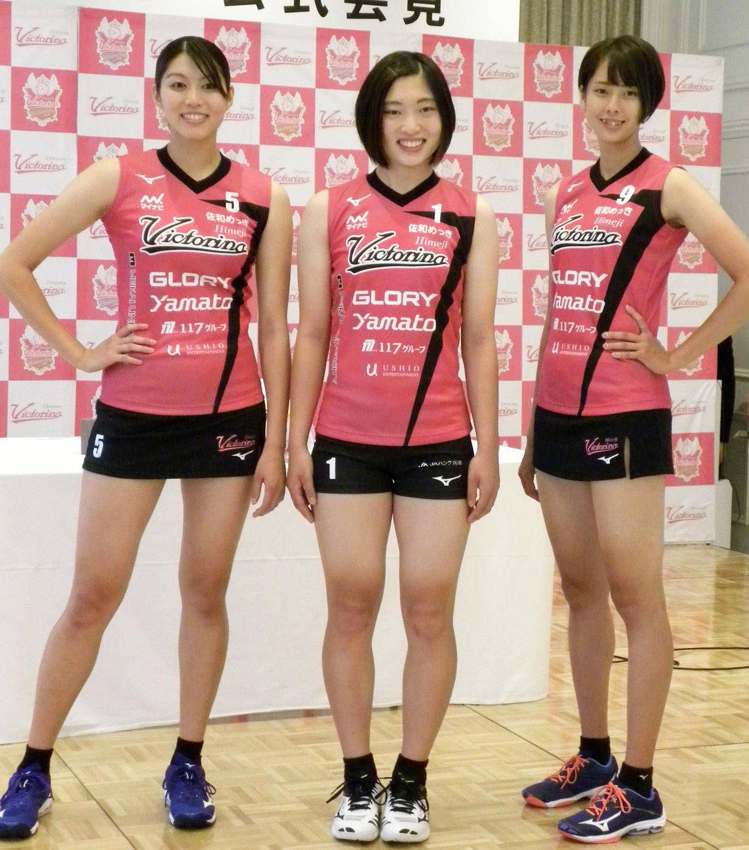 Vリーグ初となるスコートユニホームを着用した姫路の右から吉岡可奈、貞包里穂主将、長野有紗(2020年9月2日撮影)