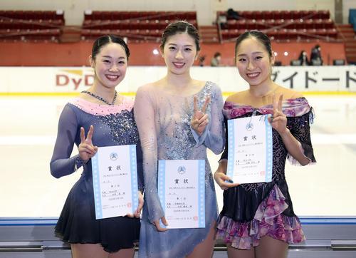 表彰式で記念撮影をする優勝した永井(中央)。左は2位松原、右は3位佐藤(撮影・狩俣裕三)