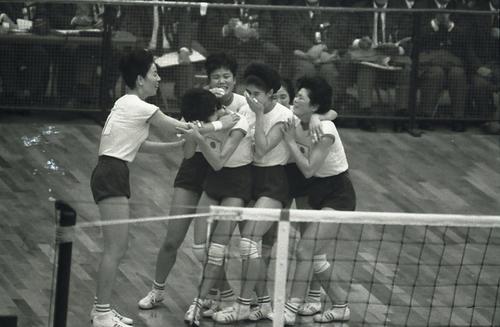 東京五輪女子バレー決勝 日本対ソ連 東洋の魔女たちは激闘の末にソ連を下し金メダルを勝ち取った(1964年10月撮影)