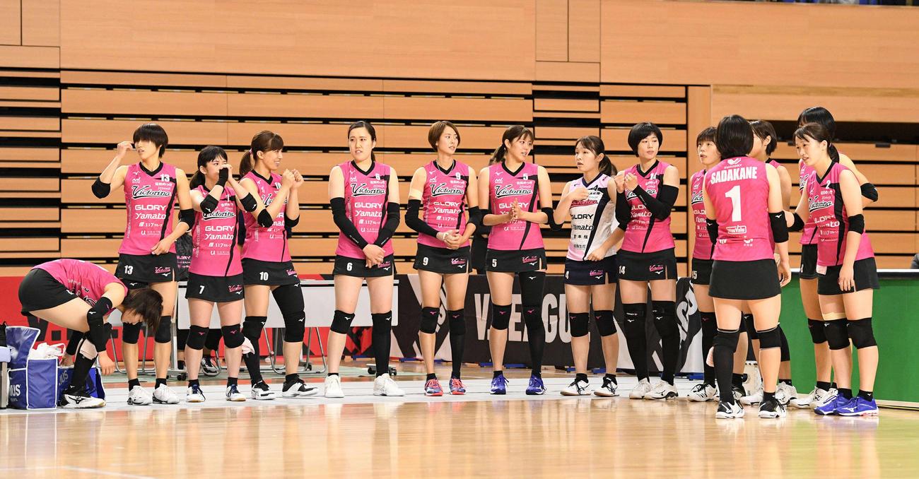 日立対姫路 Vリーグ初となるスコートユニホームを着用して試合開始を待つ姫路の選手たち(撮影・滝沢徹郎)