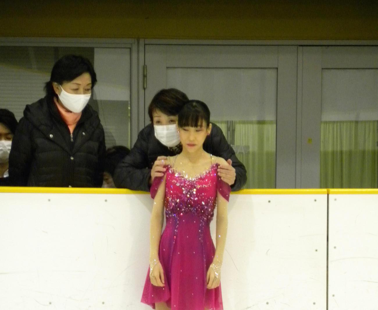 全兵庫選手権女子ショートプログラム前に中野園子コーチから言葉をかけられる三原舞依(撮影・松本航)