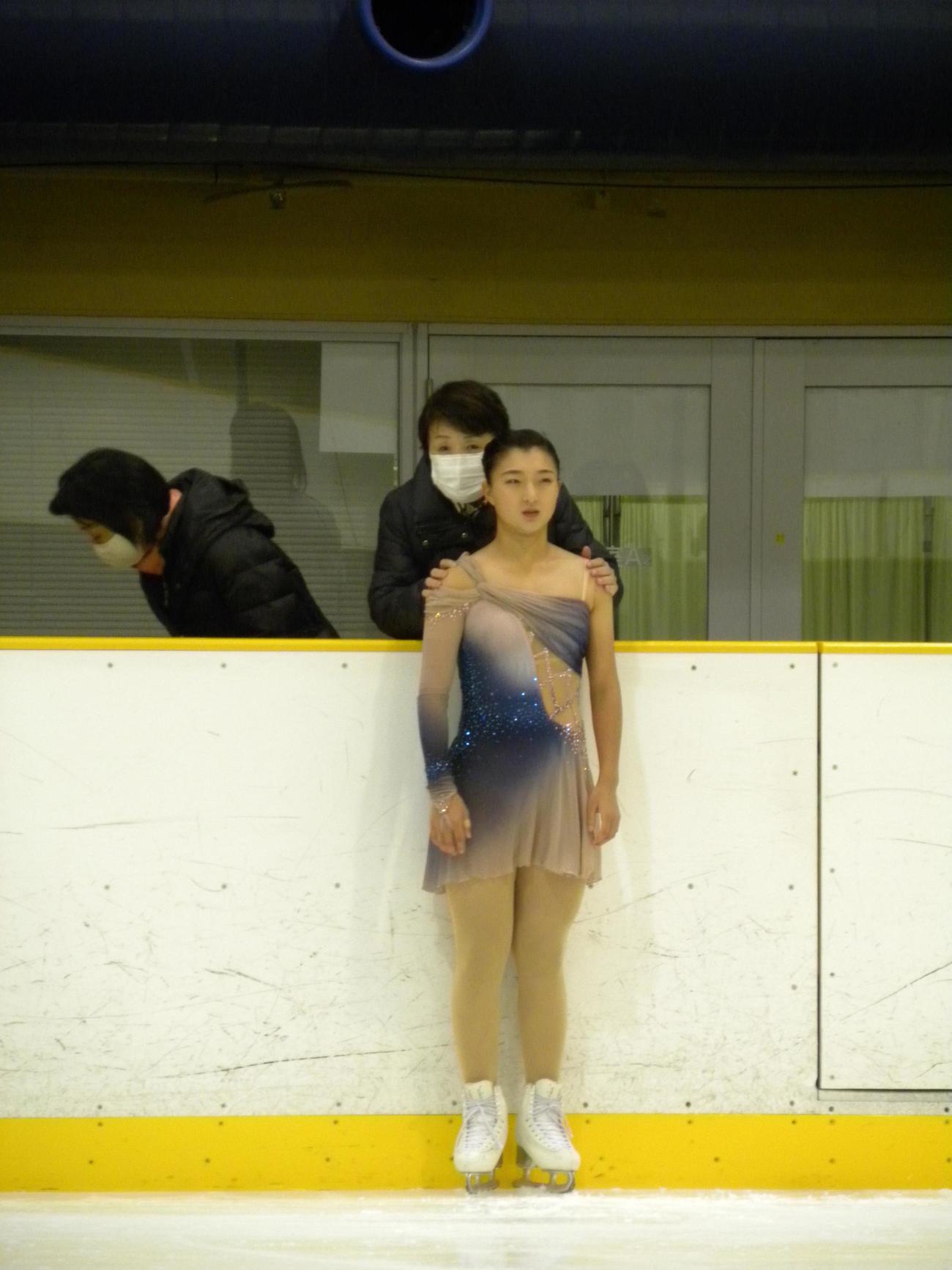 全兵庫選手権女子ショートプログラム前に中野園子コーチから言葉をかけられる坂本花織(撮影・松本航)
