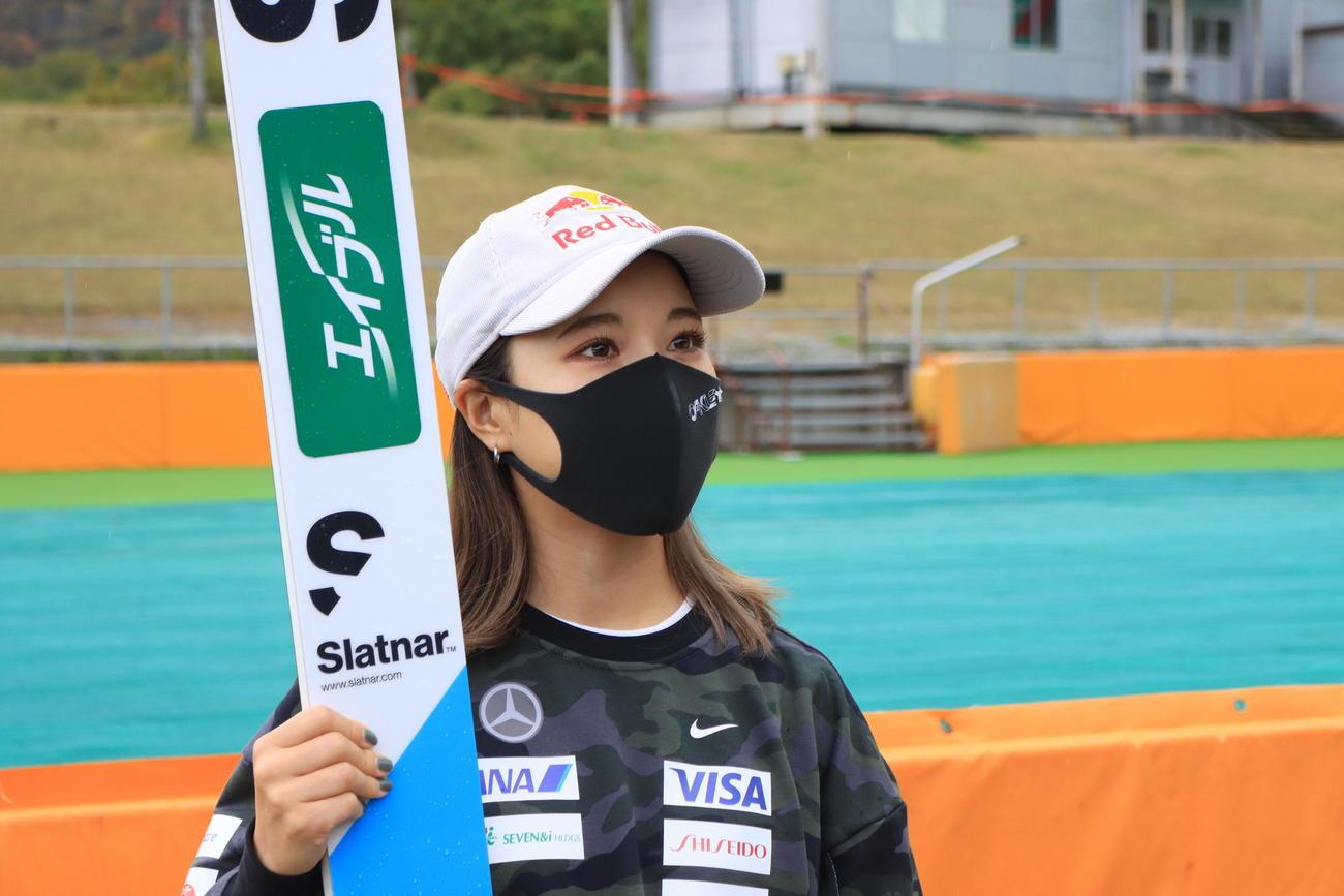 全日本選手権女子で4連覇した高梨は取材に対応する(撮影・保坂果那)