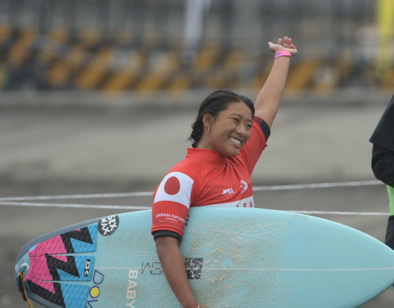 ジャパンオープンで優勝を喜ぶ前田マヒナ(C)JAPANOPENOFSURFING