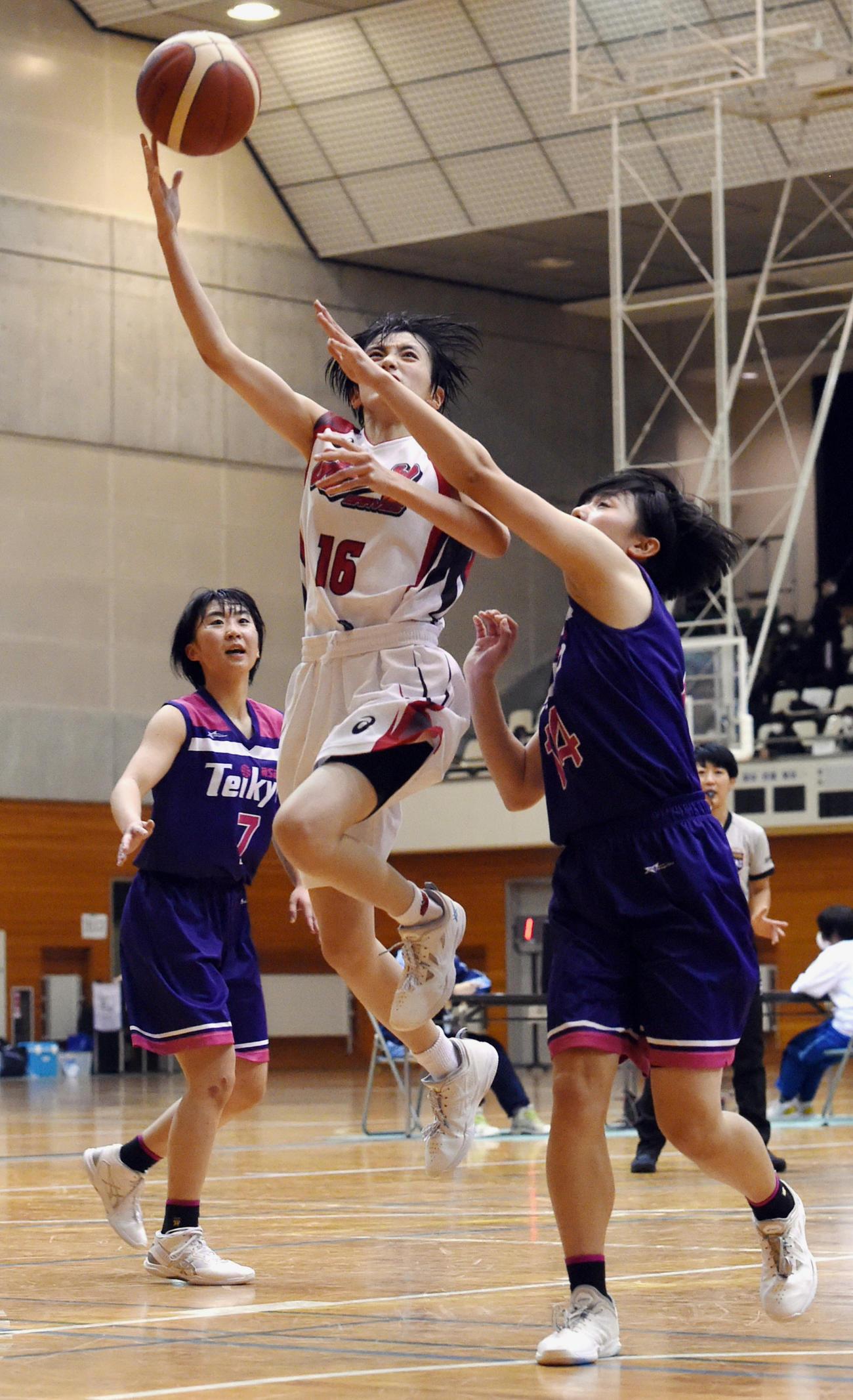 2日、帝京安積と対戦した福島県選手権決勝で、競り合いながらシュートを打つ郡山商・菅野(中央)