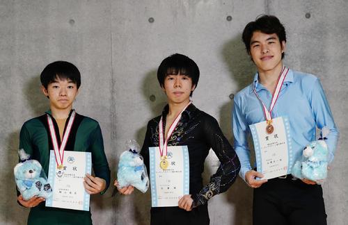 優勝し、2位の鍵山(左)、3位の山隈(右)と記念写真に納まる佐藤(撮影・菅敏)