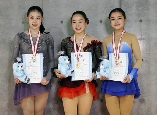 表彰式で記念写真に納まる(左から)2位の吉岡詩果、優勝した樋口新葉、3位の渡辺倫果(代表撮影)