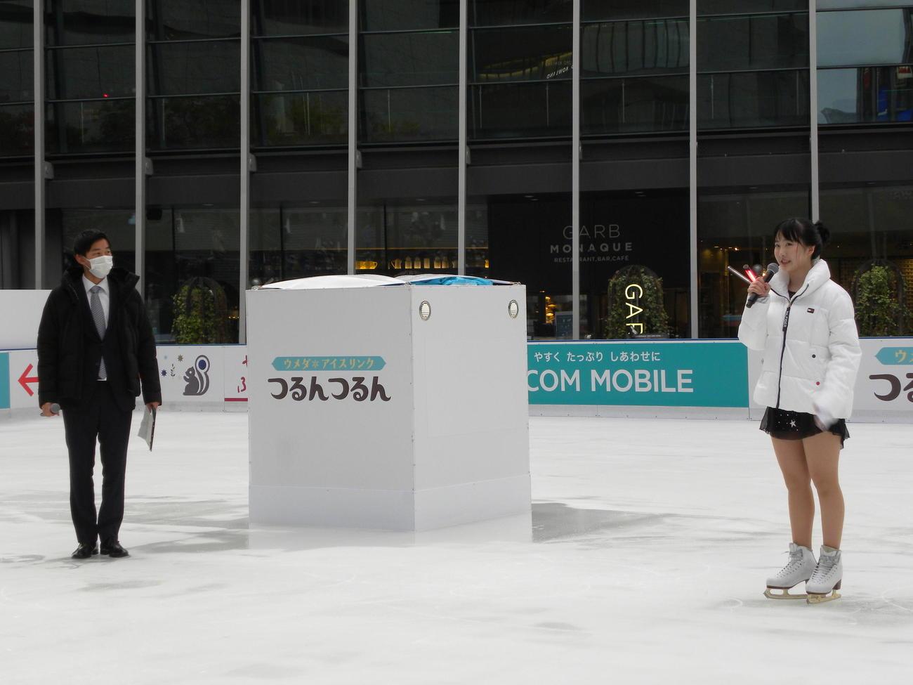 グランフロント大阪うめきた広場のアイスリンク「つるんつるん」で初滑りし、思いを語る本田望結(右)(撮影・松本航)