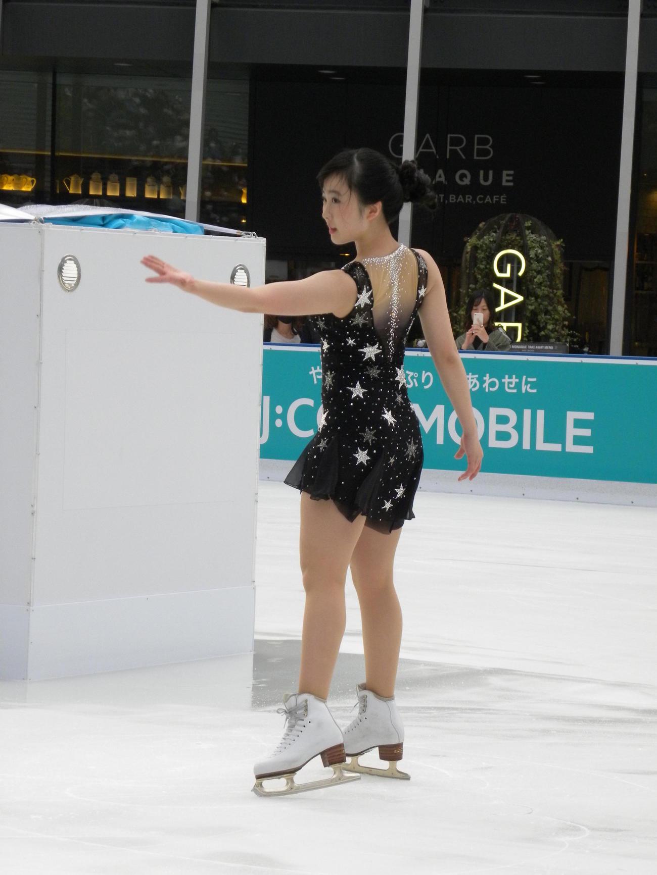 グランフロント大阪うめきた広場のアイスリンク「つるんつるん」で初滑りを披露した本田望結(撮影・松本航)