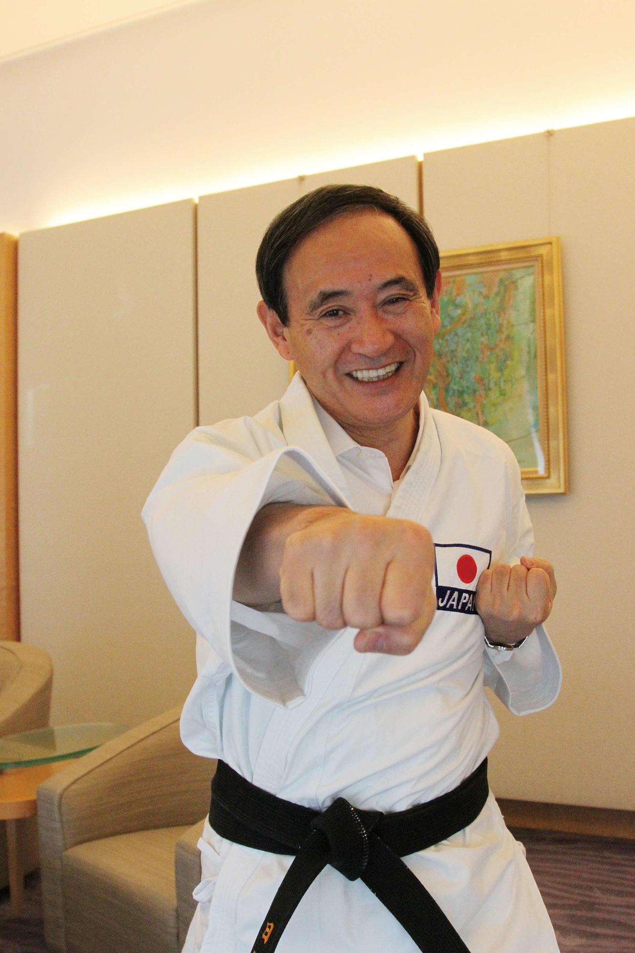 官房長官時代の2013年12月に、空手道着姿で正拳突きを披露する菅首相=(公財)全日本空手道連盟提供