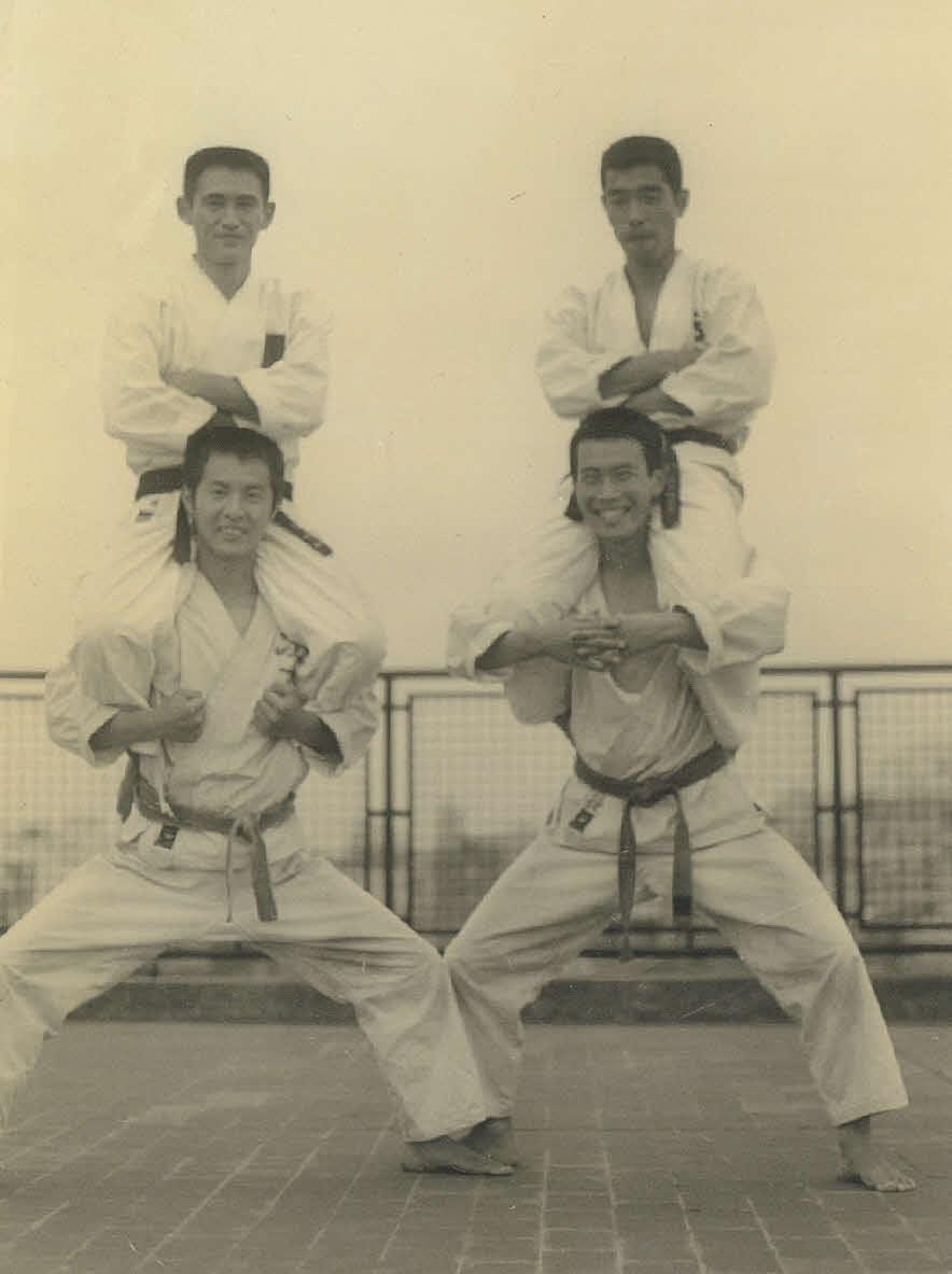 法大4年時の1972年、道着姿で肩車されて写真に納まる菅首相=(公財)全日本空手道連盟提供