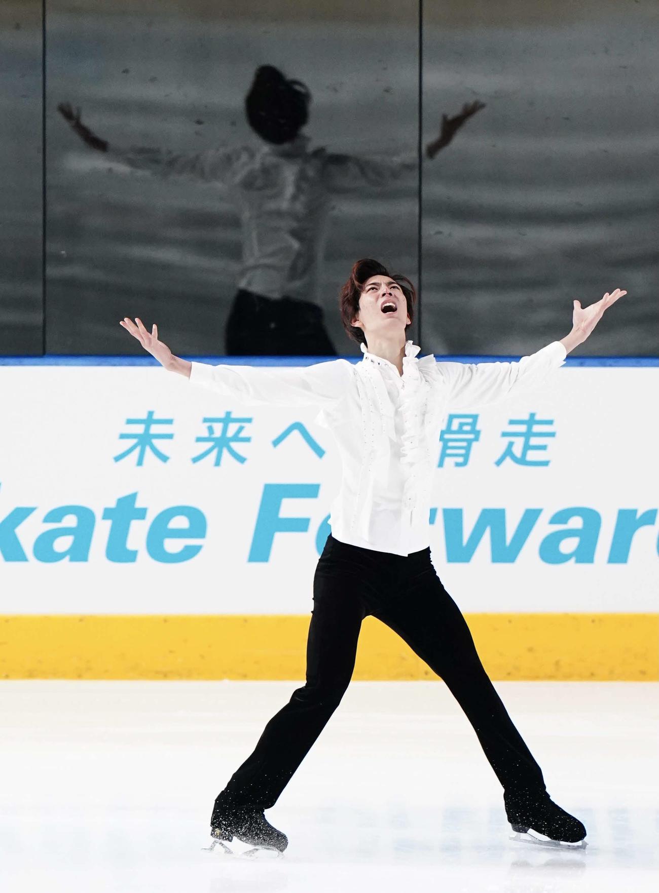 全日本ジュニアフィギュアスケート選手権2日目 男子SP 演技する三宅星南(代表撮影)