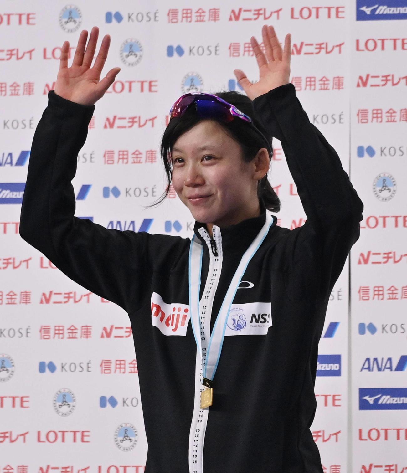 女子1500メートル表彰式で笑顔を見せる優勝した高木美(代表撮影)
