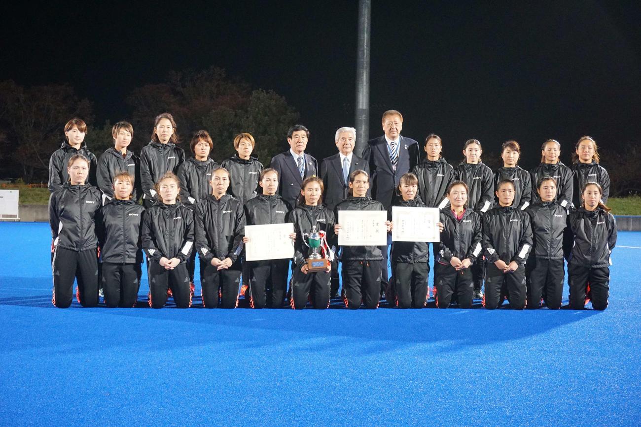 ホッケー日本リーグ女子決勝に敗れ、準優勝となったソニーのメンバー(撮影・金子航)
