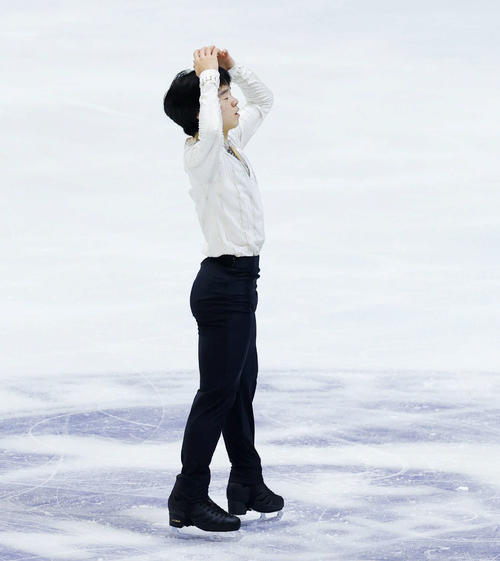 NHK杯男子ショートプログラム 演技後、頭を抱える鍵山優真(代表撮影)