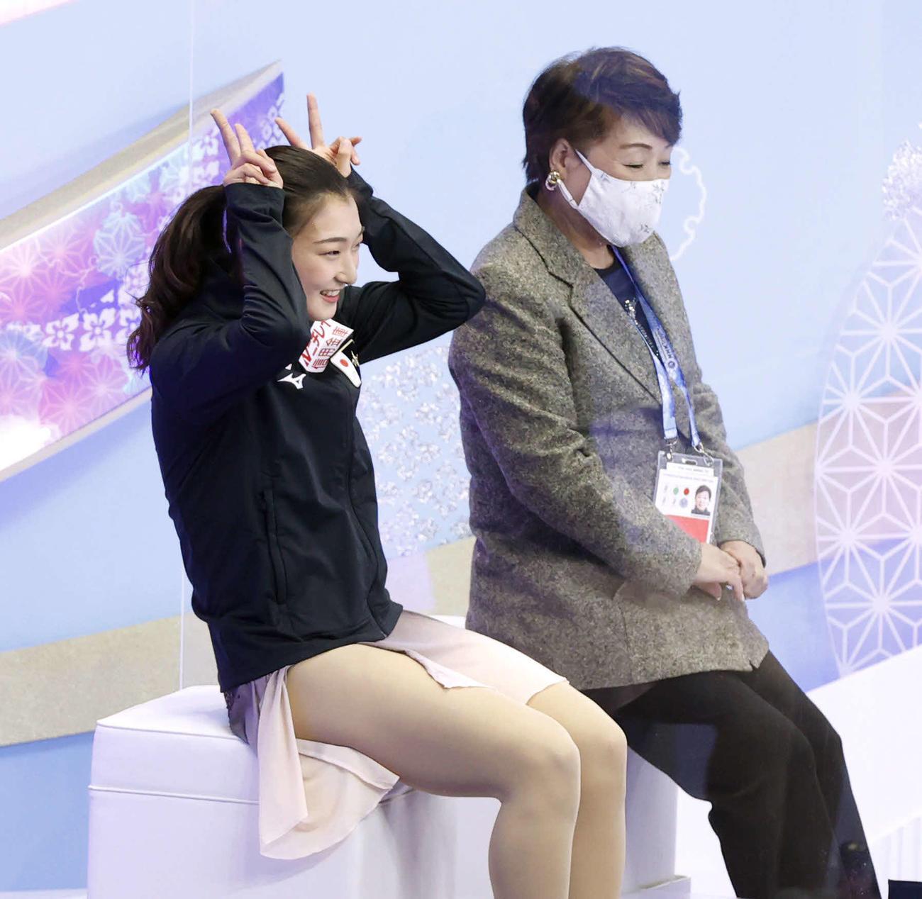 演技を終え、笑顔で得点の発表を待つ坂本花織(代表撮影)